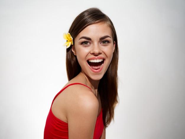 Enthousiaste vrouw met open mond lacht