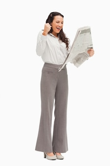 Enthousiaste werknemer die het nieuws leest