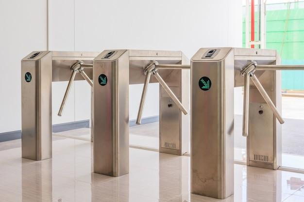 Entrance gate access touch-technologiebeveiligingssysteem in een kantoorgebouw