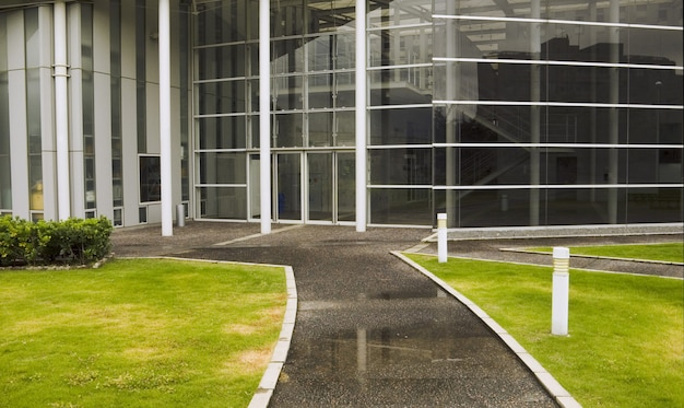 Entree modern gebouw hal vanuit groene weidemilieu Premium Foto
