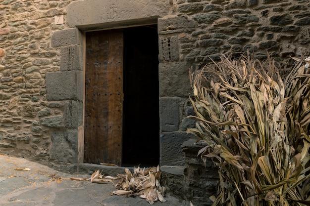 Entree van een klassieke molen waar maïskolven op hun beurt wachten om te worden vermalen