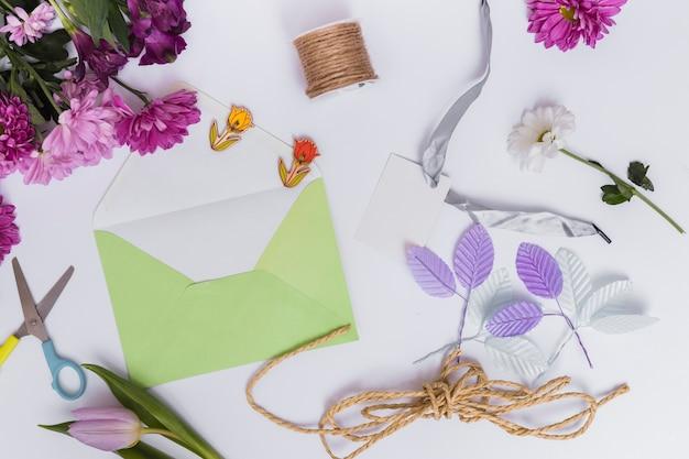 Envelop en bloemschikken apparatuur