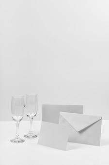 Envelop en glazen arrangement