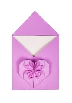 Envelop en papier hart op witte achtergrond