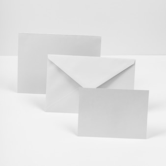 Envelop en papieren stukken arrangement