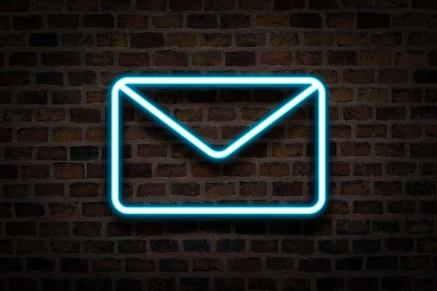 Envelop, het neonteken op de achtergrond van de vuurmuur. e-mail concept, bedrijf.