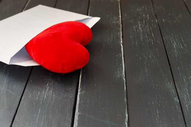 Envelop mail met rood hart