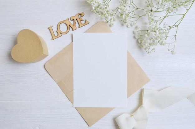Envelop met bloemen en een brief, geschenk hart vak wenskaart voor valentijnsdag liefde