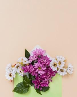 Envelop met bloemenarrangement