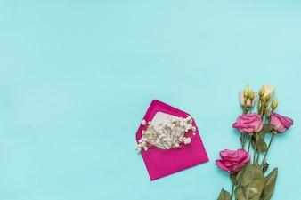 Envelop met bloemtakken en rozen
