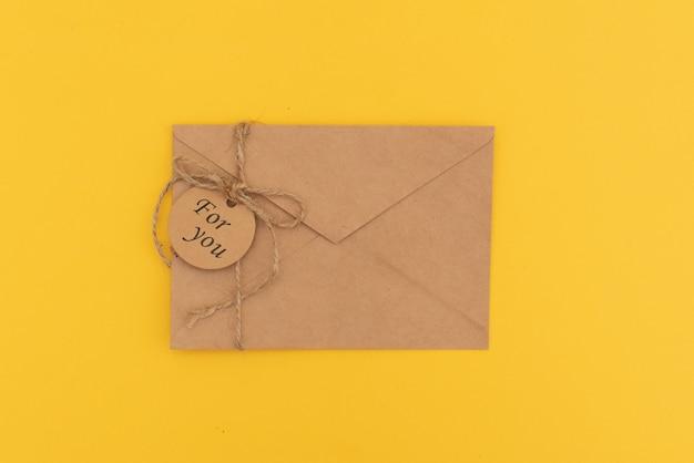 Envelop met de explosie van partijconfettien op gele achtergrond. uitnodigingskaart, plat leggen.