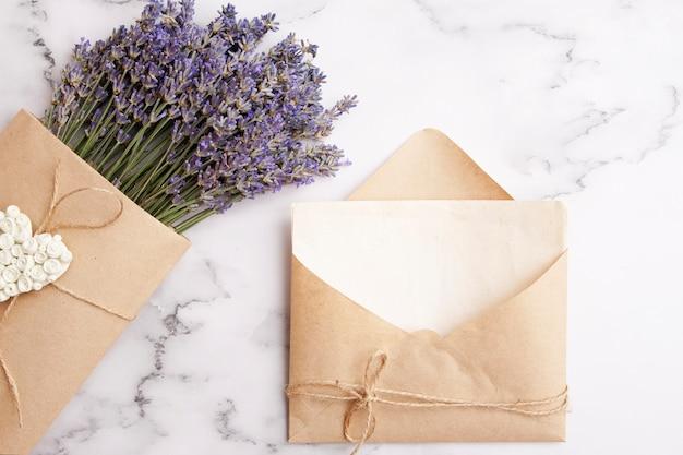 Envelop met kopie ruimte, lavendel.