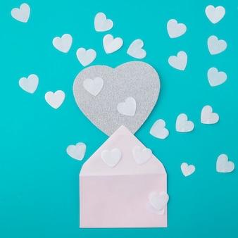 Envelop met papieren harten op tafel