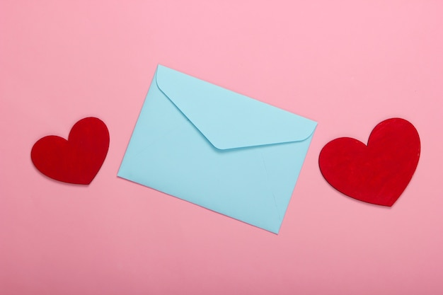 Envelop met rode harten valentines op roze pastel