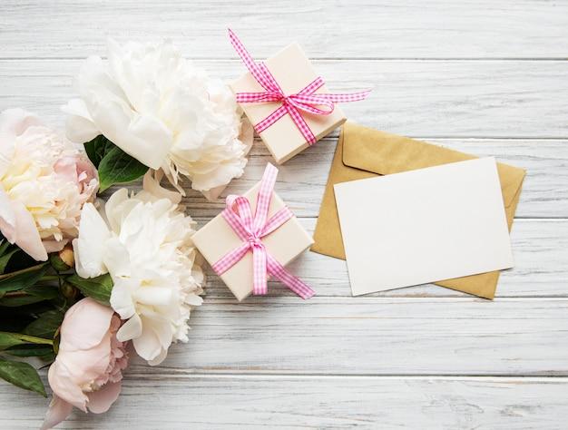Envelop met roze pioenrozen