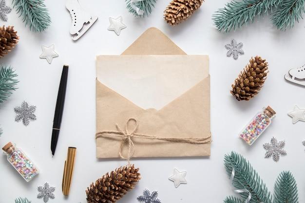 Envelop met wenskaart en kerstdecor