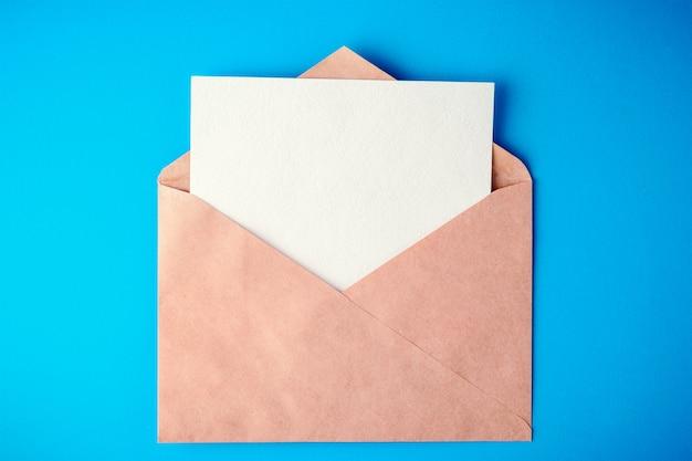 Envelop op blauwe achtergrond met schaduwen