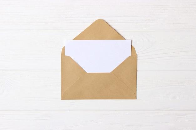 Envelop op een gekleurde achtergrond bovenaanzicht