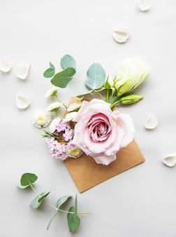 Envelop vol met verschillende bloemen