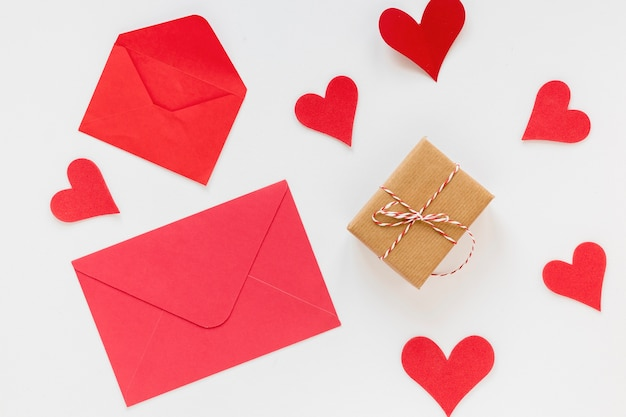 Envelop voor valentijnsdag met hartjes en cadeau