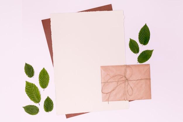 Envelopkaart met bladeren kopiëren ruimte