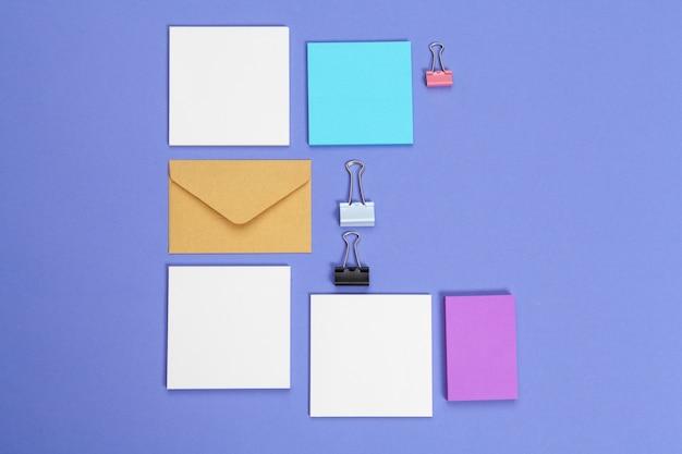 Enveloppen en kaarten papers. bovenaanzicht, plat lag, kopie ruimte