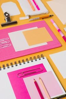 Enveloppen en paperclips met hoge hoek
