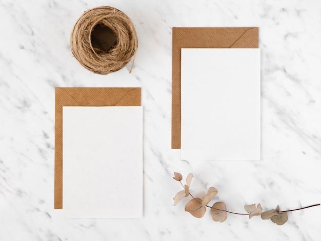 Enveloppen en touw bovenaanzicht