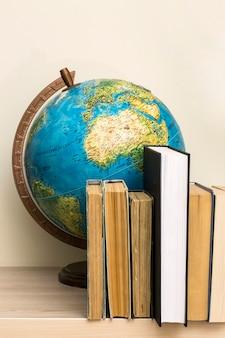 Eografische wereldbol en boeken op tafel