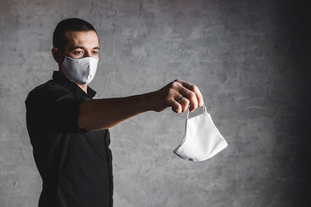 Epidemioloog die een beschermend ademhalingsmasker aanbiedt