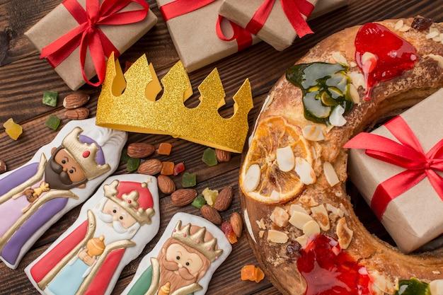 Epiphany cake roscon de reyes en eetbare beeldjes