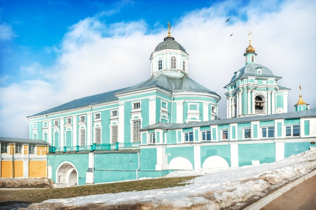 Epiphany kathedraal in smolensk onder de lente blauwe hemel