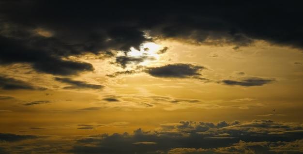 Epische dramatische zonsondergang