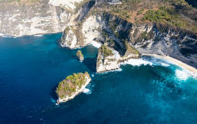 Epische drone shot van nusa batumategan duizend eilanden in nusa penida, bali - indonesië