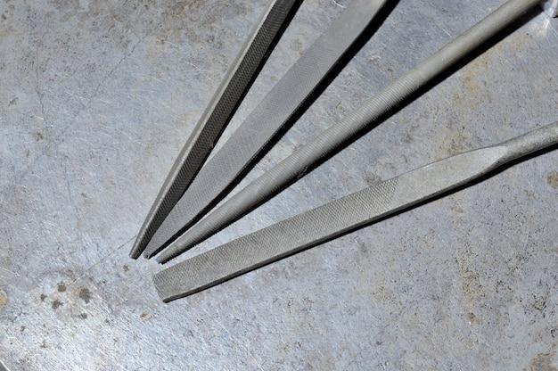 Er bevinden zich verschillende metalen vijlen op het metalen oppervlak. detailopname.