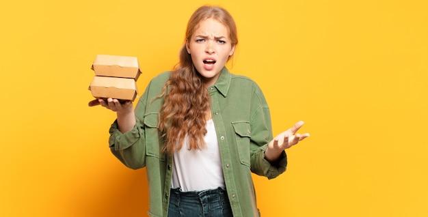 Er boos, geïrriteerd en gefrustreerd uitzien schreeuwen wtf of wat is er mis met je
