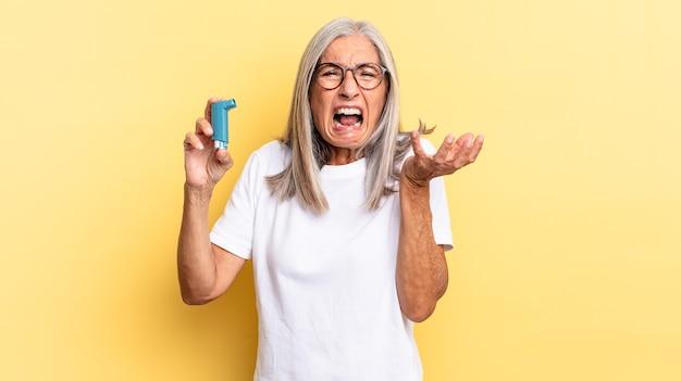 Er boos, geïrriteerd en gefrustreerd uitzien, schreeuwend wtf of wat er mis is met jou. astma concept
