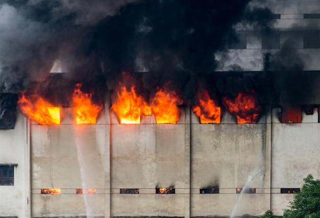 Er brak brand uit in het magazijn en de brandweer doofde de brand.