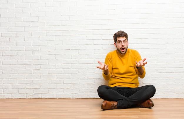Er ernstig, ongelukkig, boos en ontevreden uitzien; de toegang verbieden of stop zeggen met beide open handpalmen