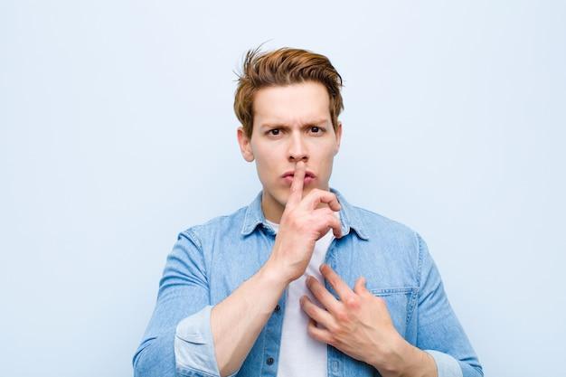 Er ernstig uitziet en er met de vinger tegen de lippen tegen gedrukt, eist stilte of stilte en houdt een geheim