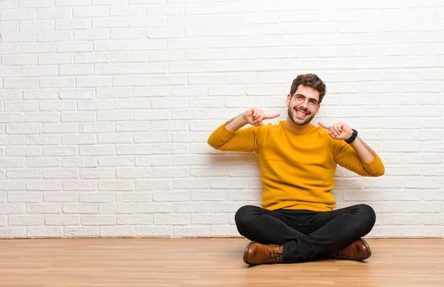 Er gelukkig, zorgeloos, vriendelijk en ontspannen uitzien, genieten van het leven en succes, met een positieve instelling