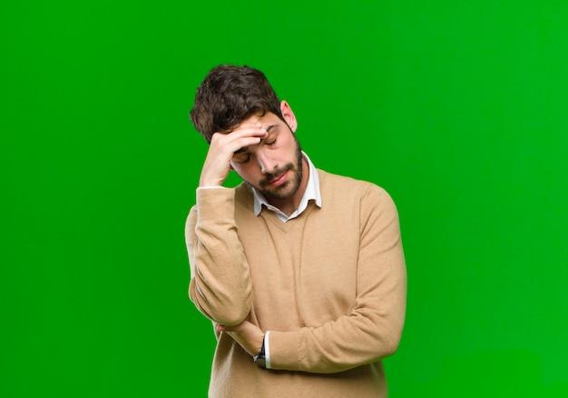 Er gestrest, beschaamd of overstuur uitzien, met hoofdpijn, het gezicht bedekkend met de hand