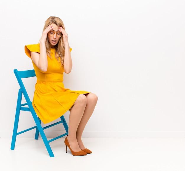 Er gestrest en gefrustreerd uitzien, onder druk werken met hoofdpijn en last hebben van problemen