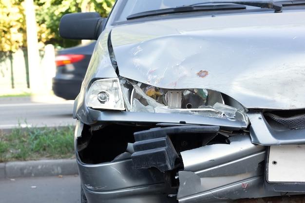 Er is een auto die een ongeluk heeft gekregen op het trottoir
