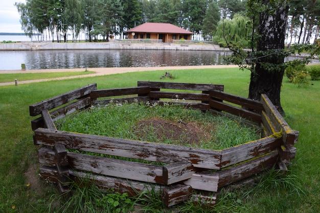 Er is een grote mierenhoop in de buurt van het stuwmeer omgeven door een houten hek