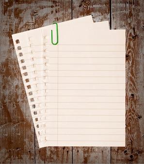 Er is een pagina uit het notitieboekje gerukt.