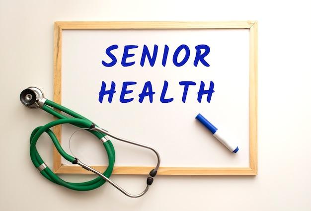 Er is een stethoscoop op een wit bord en het woord is geschreven. medisch concept.
