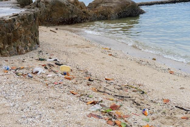 Er is meer afval of afval op het strand. dit kan het milieu en de ecologie vernietigen.