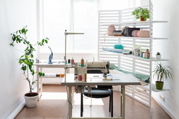 Er is naai-uitrusting in een ruime lichte kamer