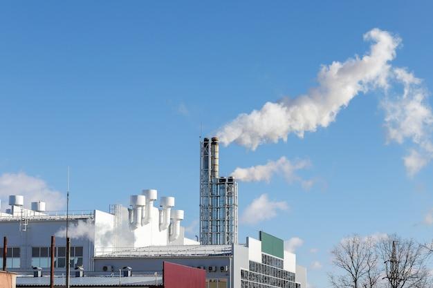 Er komt rook uit de pijp van de energiecentrale